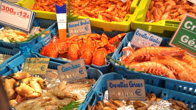 Crustaceans on display at a fish market alongside Marche d'Aligre